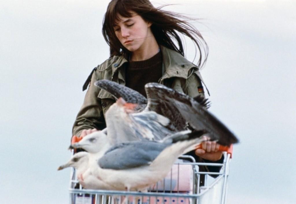 """Camille (Charlotte Gainsbourg) promène ses mouettes aux abords d'une station balnéaire, dans """"Merci la vie""""."""