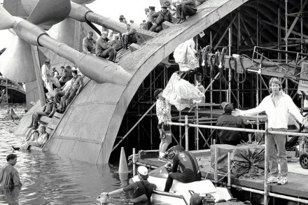 PEARL HARBOR, Director Michael Bay (standing, wearing white shirt), on set, 2001. ©Buena Vista Pictures/Courtesy Everett Collection